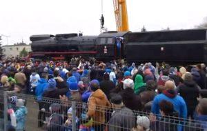 Odsłonięcie parowozu TY 51-183 przed stadionem w Poznaniu (wideo)