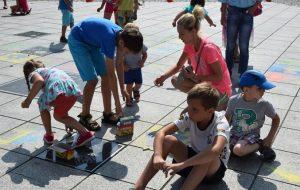 Rysowanie na płycie Starego Rynku w Grodzisku Wlkp
